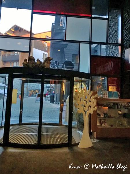Avaran ja valoisan hotelliaulan yhteydessä on minimyymälä ja hotellibaarinakin toimiva CoffeeHouse. Kuva: © Matkoilla-blogi