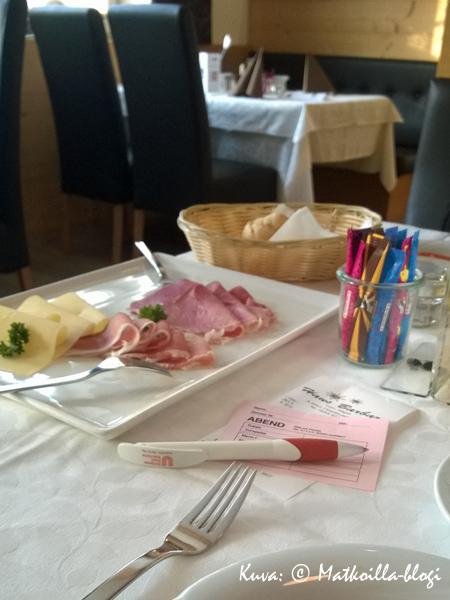 Aamiaisen yhteydessä valitaan, kuten alppihotelleissa on tapana illallismenu. Kuva: © Matkoilla-blogi