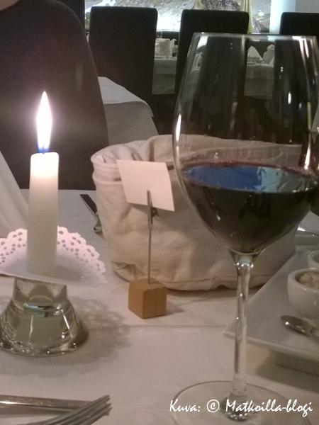 Hotel Das Barbarassa nautitaan iltaisin kynttiläillalliset hotellin ravintolassa pitkän kaavan mukaan. Kuva: © Matkoilla-blogi
