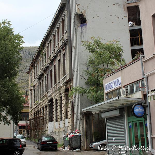 Mostar_talo_luodinreiät_2_Kuva_©_Matkoilla-blogi