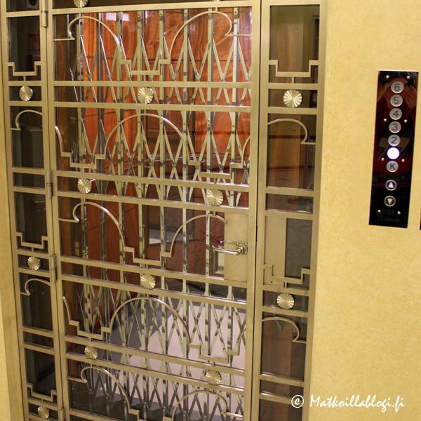 Hissin ovissa näkyy 1930-luvun art deco-tyyli, joiden kohdalla oma ajatus kulkeutui vääjämättä New Yorkin senaikaisiin pilvenpiirtäjiin.