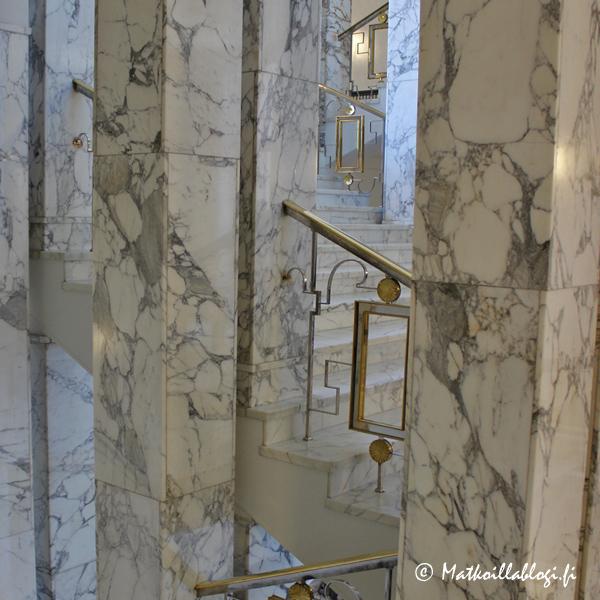 Itse en ole koskaan ollut kovin viehättynyt marmorista materiaalina, mutta Eduskuntatalon kokomarmoristen portaiden kodhalla oli vaan pakko muuttaa mieltä: kerrassaan upeita ja kirsikkana kakun päällä vielä art deco-tyyliset kaiteet! Oihh...