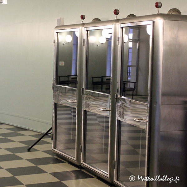 Hauskana yksityiskohtana Istuntosalia kiertävällä käytävällä on säilytetty muutama puhelinkoppi - näiden muotokielen kohdalla oma ajatus kulki taas Yhdysvaltoihin.