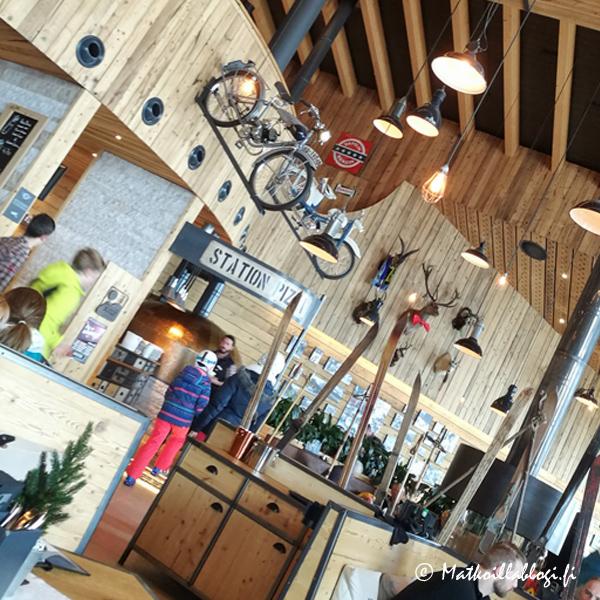 Myös Top Mountaina Crosspointin ravintolassa näkyy samassa rakennuksessa sijaitseva moottoripyörämuseo.