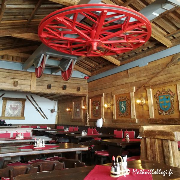 Wurmkogelhütten katossa on vielä vanhan hiihtohissin vaijeripyörä muistona rakennuksen aiemmasta historiasta.