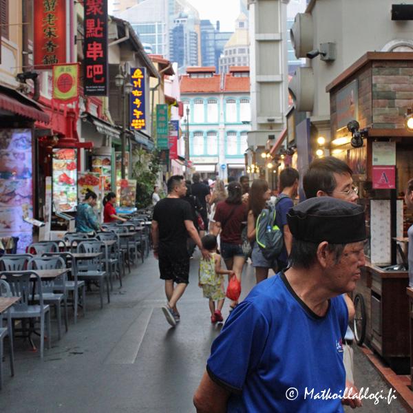 Chinatown tarjoaa tietenkin myös runsaasti mahdollisuuksia taltuttaa nälkä, etenkin Smith Streetillä jonka lasikatolla katettu osa tunnetaan myös nimellä Chinatown Food Street.