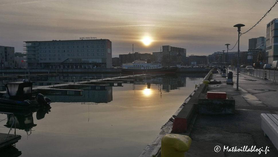 Auringonnousu Tallinnan satamassa