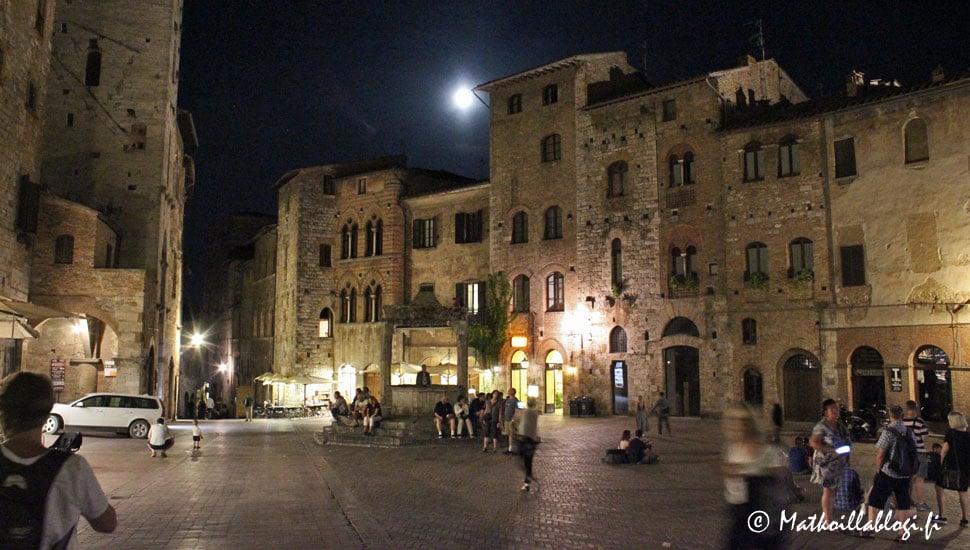 San Gimignano, Piazza della Cisterna illalla