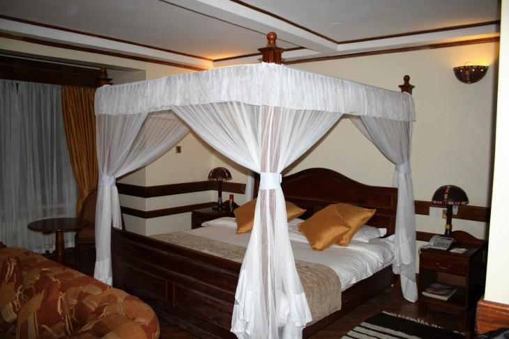 Katosvuode Silver Springs -hotellissa, Nairobissa. Kyllä tässä kelpaa yksi yö viettää.