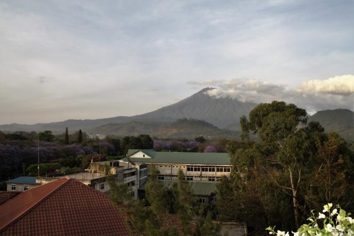 Huoneen ikkunasta näkyi Mount Kenya - ettei vaan vuoret unohtuisi