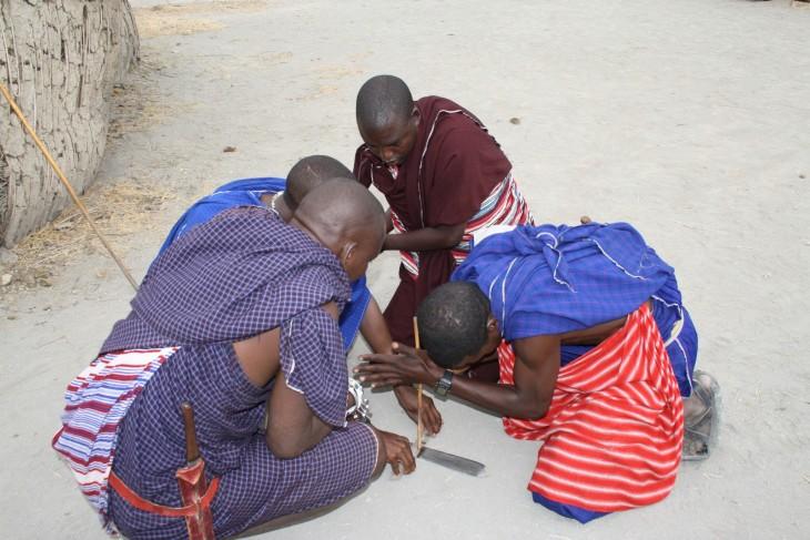 Masaiheimon miehet tulentekopuuhissa