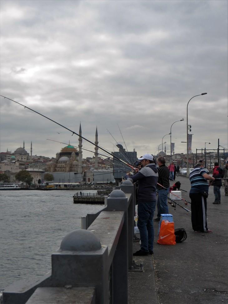 Kalastajia Galatan sillalla