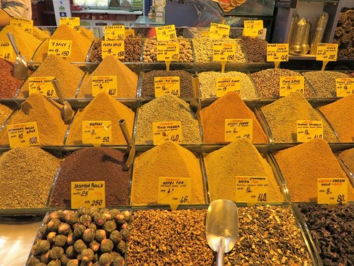 Mausteita maustebasaarissa