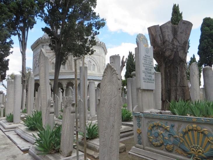 Moskeijan vieressä oleva hautausmaa