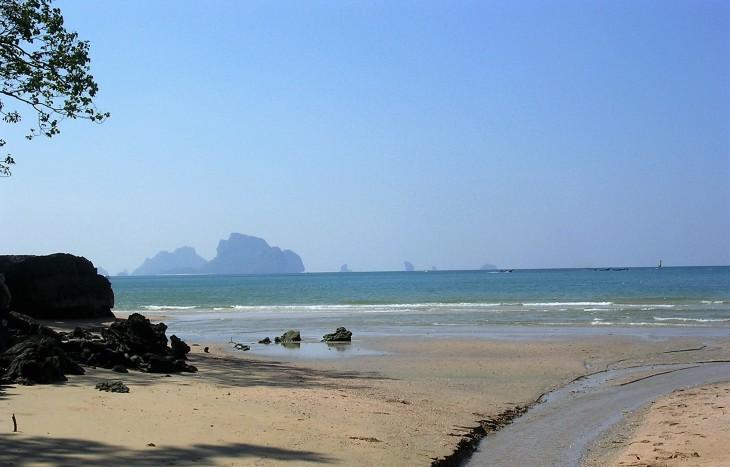 Joulupäivää voi viettää tällaisessäkin maisemassa. Ao Nangin ranta Krabilla.