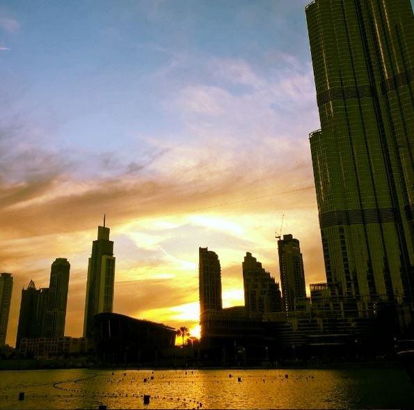 Auringonlasku Burj Khalifan juurella
