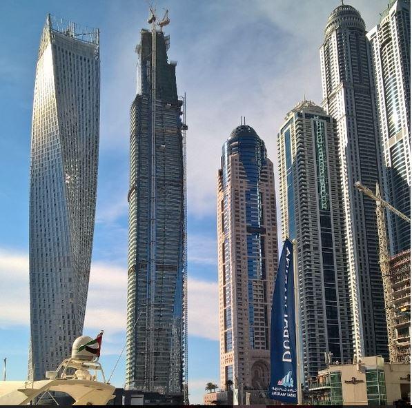 Pilvenpiirtäjiä Dubai Marinassa