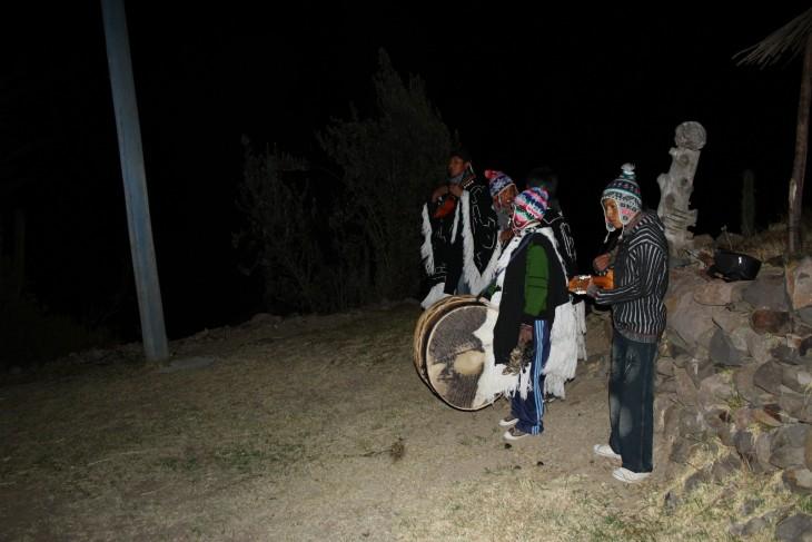 Paikallinen bändi valmiina illan musisointiin