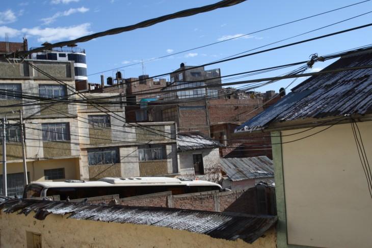 Maisema huoneen ikkunasta ja kyllä, siellä on katolla lunta.