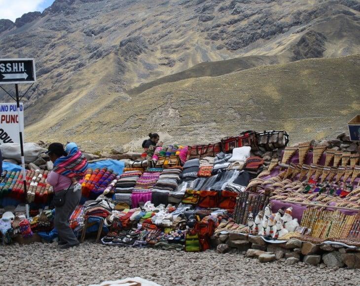 Matkan varrella oli tienvarsimyynnissä alpakanvillasta tehtyjä huiveja, vilttejä ym.