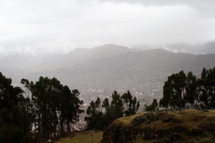 Cuscon kaupunki harmaana sadepäivänä