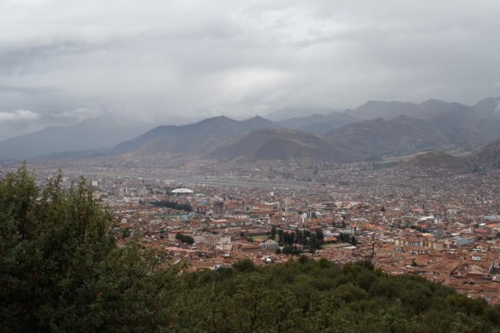 Cuscon kaupunki näköalapaikalta. Kuvassa näkyy myös Cuscon pienen lentokentän kiitorata.