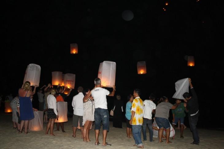Taivaslyhtyjä laitetaan matkaan Rayongin rannalla uudenvuoden yönä