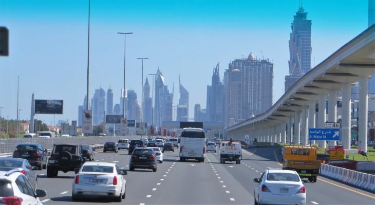Liikennettä Sheikh Zayed Roadilla