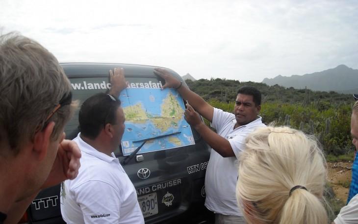 Safariautojen kuskit kertovat mitä reittiä ajetaan