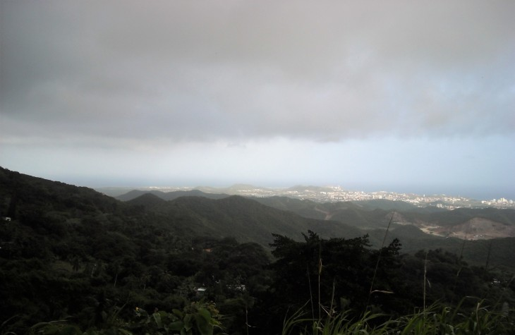 Näkymiä saaren korkeimmalta vuorelta. Pilvet tulivat taas esiin, ja vetivät kuvan melko tummaksi.