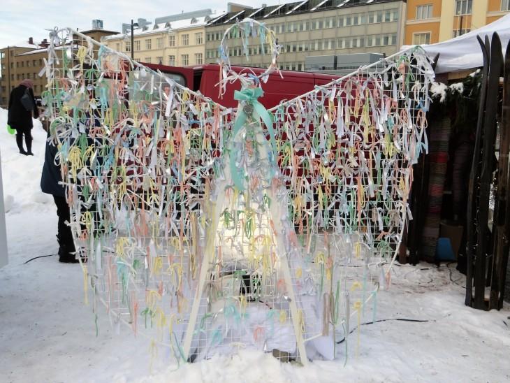 Lahden Joulukylän enkeli, johon voi käydä sitomassa erivärisiä nauhoja.