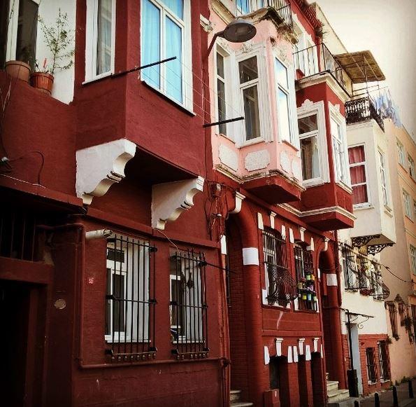 Kauniinvärisiä taloja Balatin kaupunginosassa