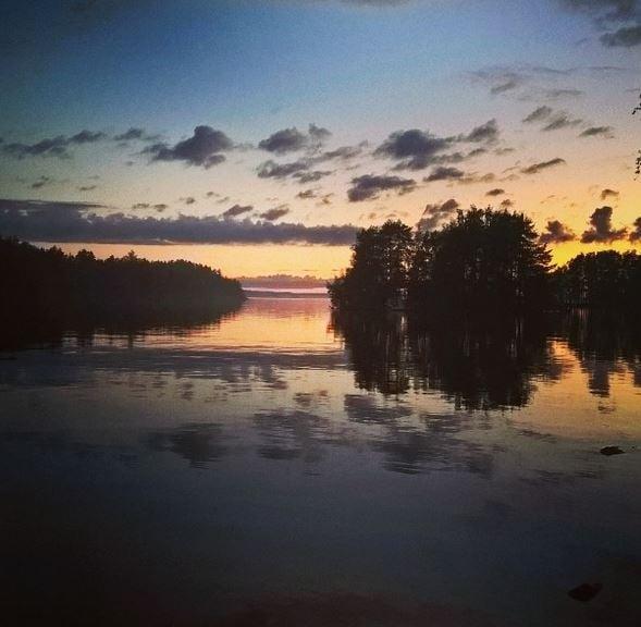Auringonlasku kesämökillä