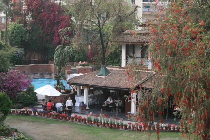 Näkymä Shangri-La hotellin ikkunasta. Takapiha oli oikein kaunis eikä olisi uskonut, että muutaman metrin päässä on Kathmandun pölyiset kadut.