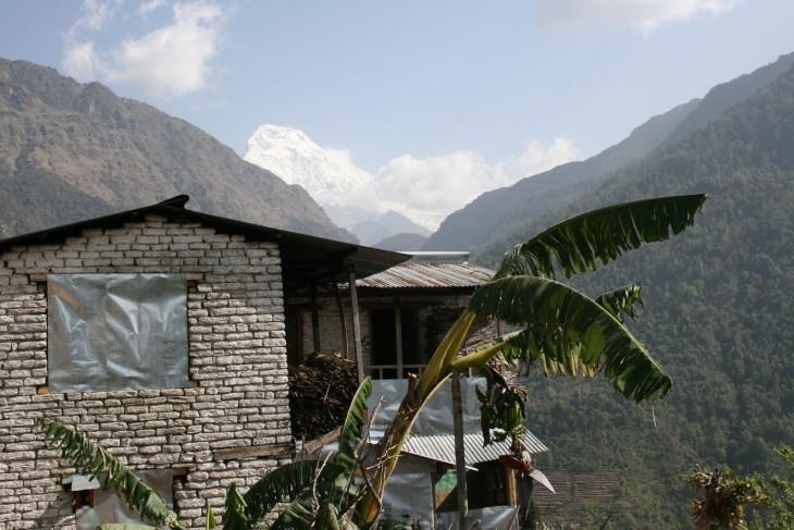 Annapurna South kurkistaa toisen vuoren takaa