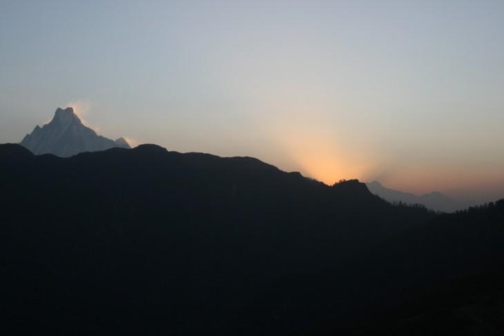 Auringonnousu Poon Hillillä. Vasemmalla Machhapuchhare (6997 m)
