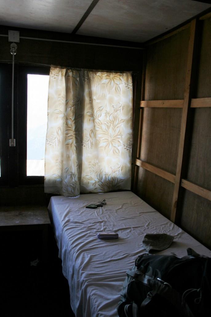 Meidän huone. Toisella seinällä samanlainen sänky. Kyllä täällä yksi yö menee..