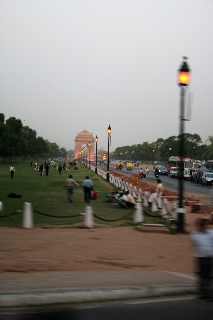 Delhin oma Riemukaari näkyy bulevardin toisessa päässä.