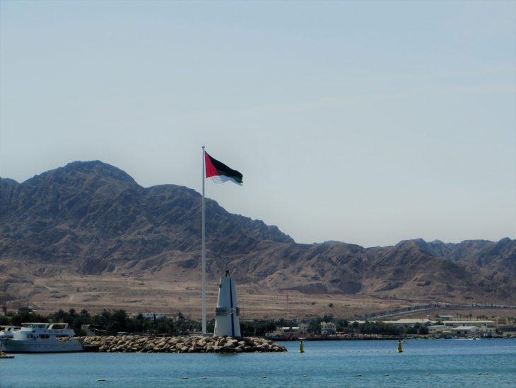 Arabikapinan aikainen lippu liehuu ympäri vuoden Aqaban satamassa