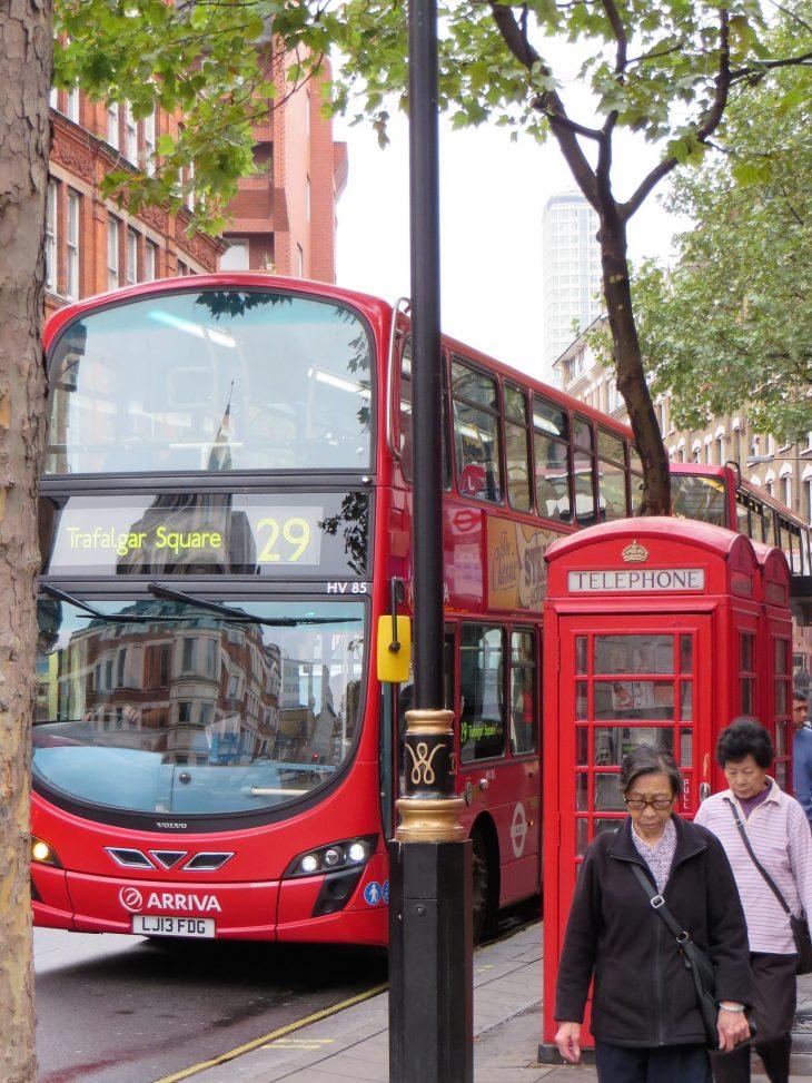 kaksikerroksinen bussi ja puhelinkoppi lontoossa