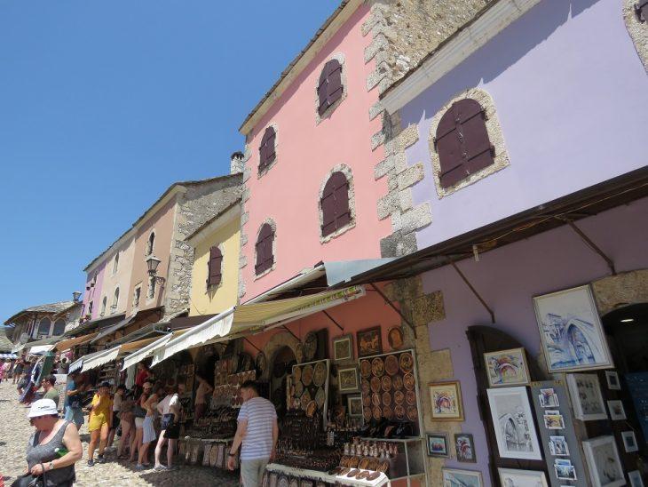 mostarin vanhankaupungin värikkäät talot
