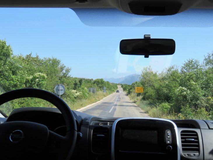 mostarin maaseudulla auton kyydissä