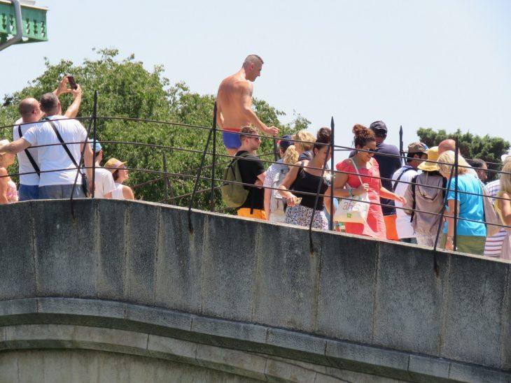 mies hyppäämässä Stari most sillalta