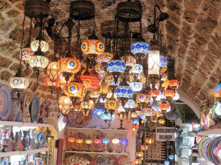 Itämaiset myynnissä olevat lamput Kotorin vanhankaupungissa