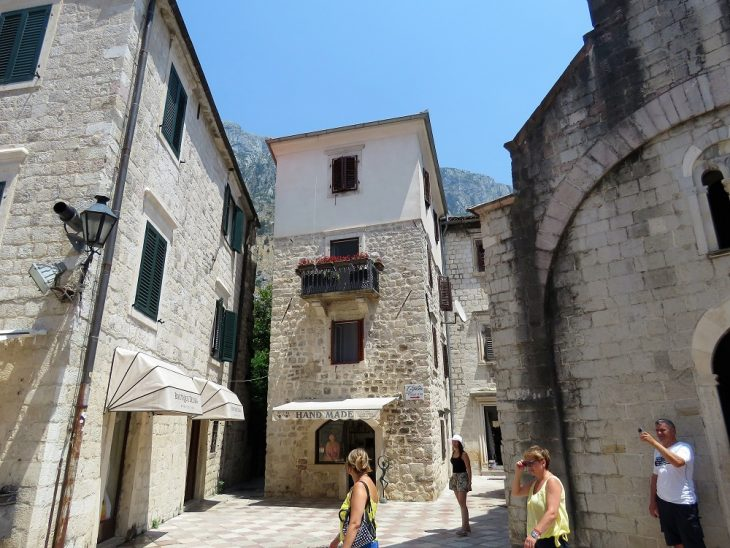 vanhoja rakennuksia kotorin vanhassakaupungissa