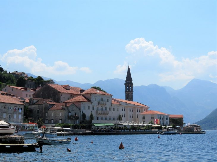 ranta perastissa, taustalla rakennuksia ja kirkko