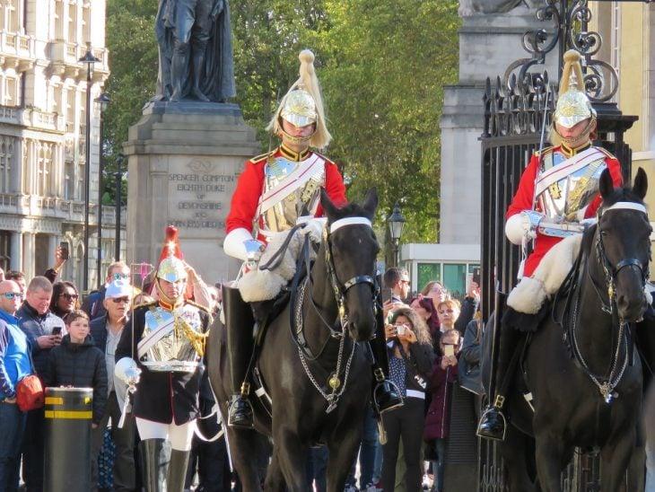 Kuningattaren vahdit hevosen selässä