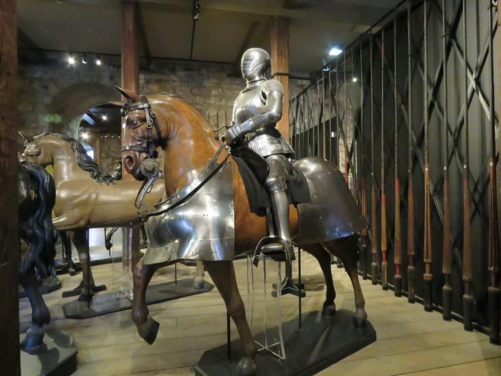 Hevonen ja haarniska White towerissa