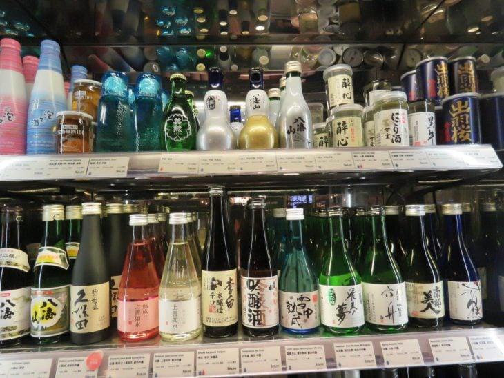 Hongkongin supermarketin sakehyllyt
