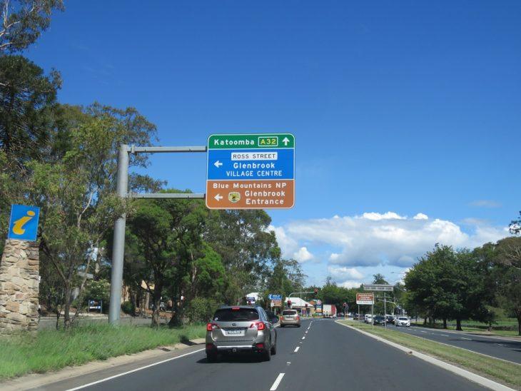 autolla-australiassa-tiekyltit